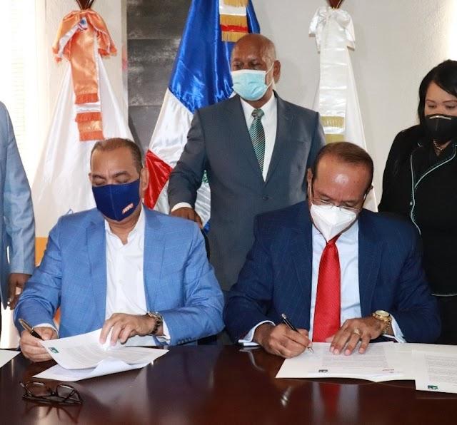 Ascensión y Montás firman acuerdo para construcción Parqueo Municipal de San Cristóbal