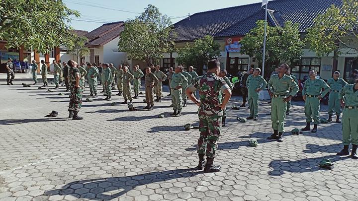 Anggota Koramil 01/Cilacap Bina dan Latih PBB Anggota Linmas se Kecamatan Cilacap Tengah