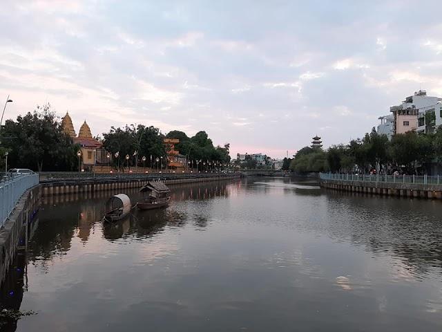 Thơ mộng những chiếc thuyền tre trên kênh Nhiêu Lộc