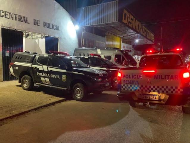Homem arromba porta de casa e tenta matar ex-mulher a tiro na frente dos filhos
