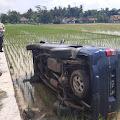 Usai Tabrak Motor, Mobil Kijang Masuk Ke Sawah di Kemangkon
