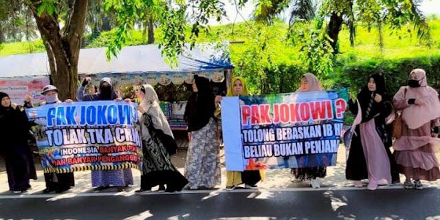 Sambut Jokowi dengan Spanduk 'Bebaskan HRS', Emak-emak di Lampung Diperiksa Petugas