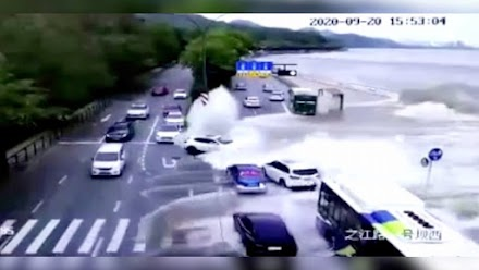 Απίστευτο βίντεο-Oχήματα παρασύρθηκαν από τεράστιο κύμα στην Κίνα