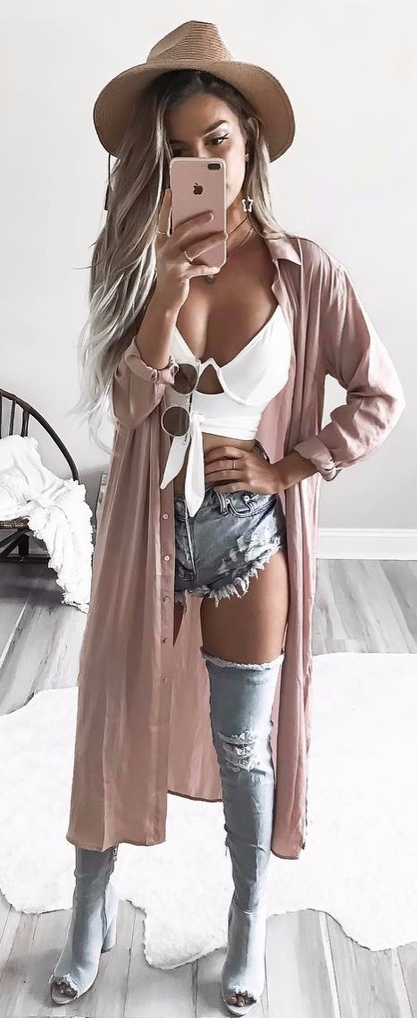 hippie girl outfit / white crops + denim shorts + maxi cardi