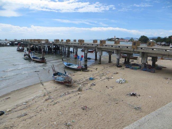 Пляж возле пирса Бангкрак