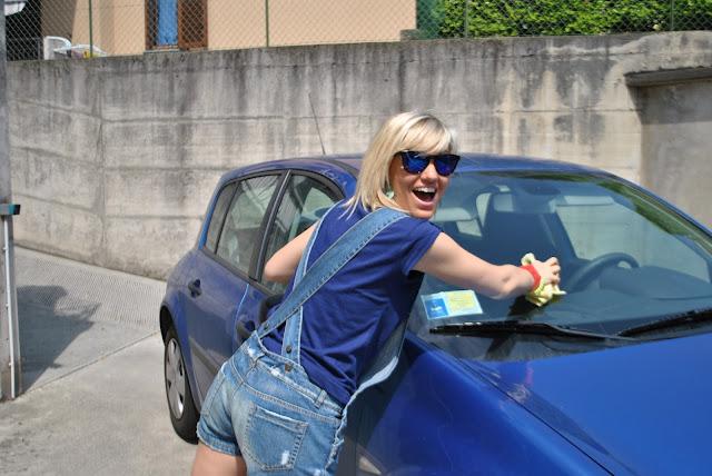 prima auto degli italiani come scegliere la prima auto mariafelicia magno colorblock by felym outfit salopette di jeans salopette in denim denim dungaree blonde gilrl ragazze bionde