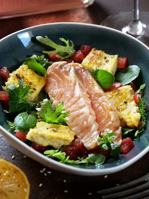 Marinierter Lachs mit kross angebratener Sesam-Polenta auf Blattsalat vom Indischen Senf und Brunnenkresse mit Leindotteröl-Vinaigrette und Tomatenwürfel..