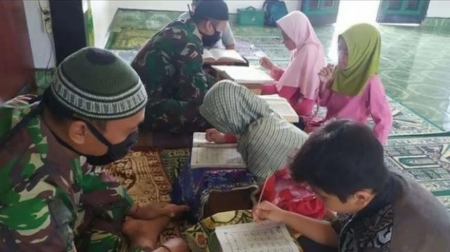Jihad Prajurit TNI di Perbatasan, Siang Bawa Senjata Sore Jadi Guru Ngaji