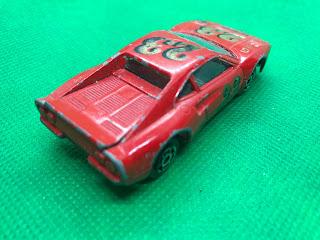フェラーリ GTO のおんぼろミニカーを斜め後ろから撮影