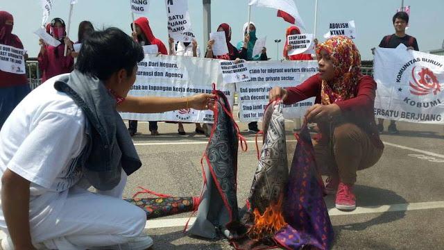 Meski Dikunjungi Buruh Kecewa dengan Rezim Jokowi-JK Yang Tak Beri Perlindungan, Bakar Celemek Sebagai Simbol