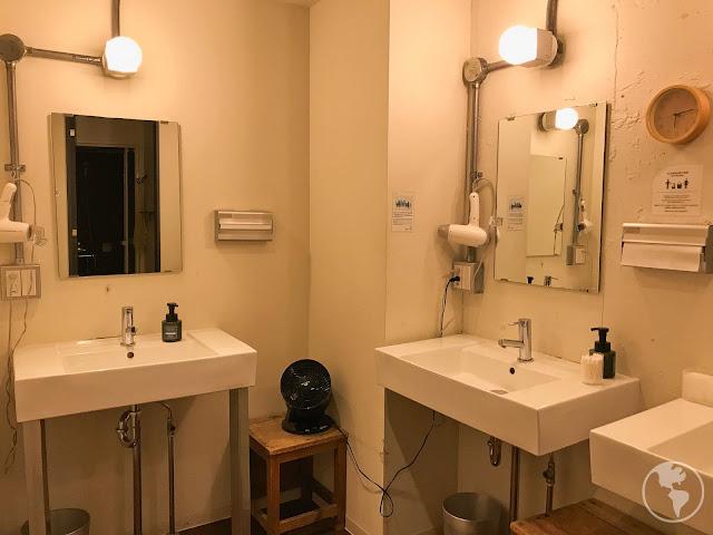 Banheiro compartilhado no hostel em Tóquio