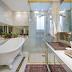 Banheiro clássico e contemporâneo com banheira vitoriana e metais dourados!