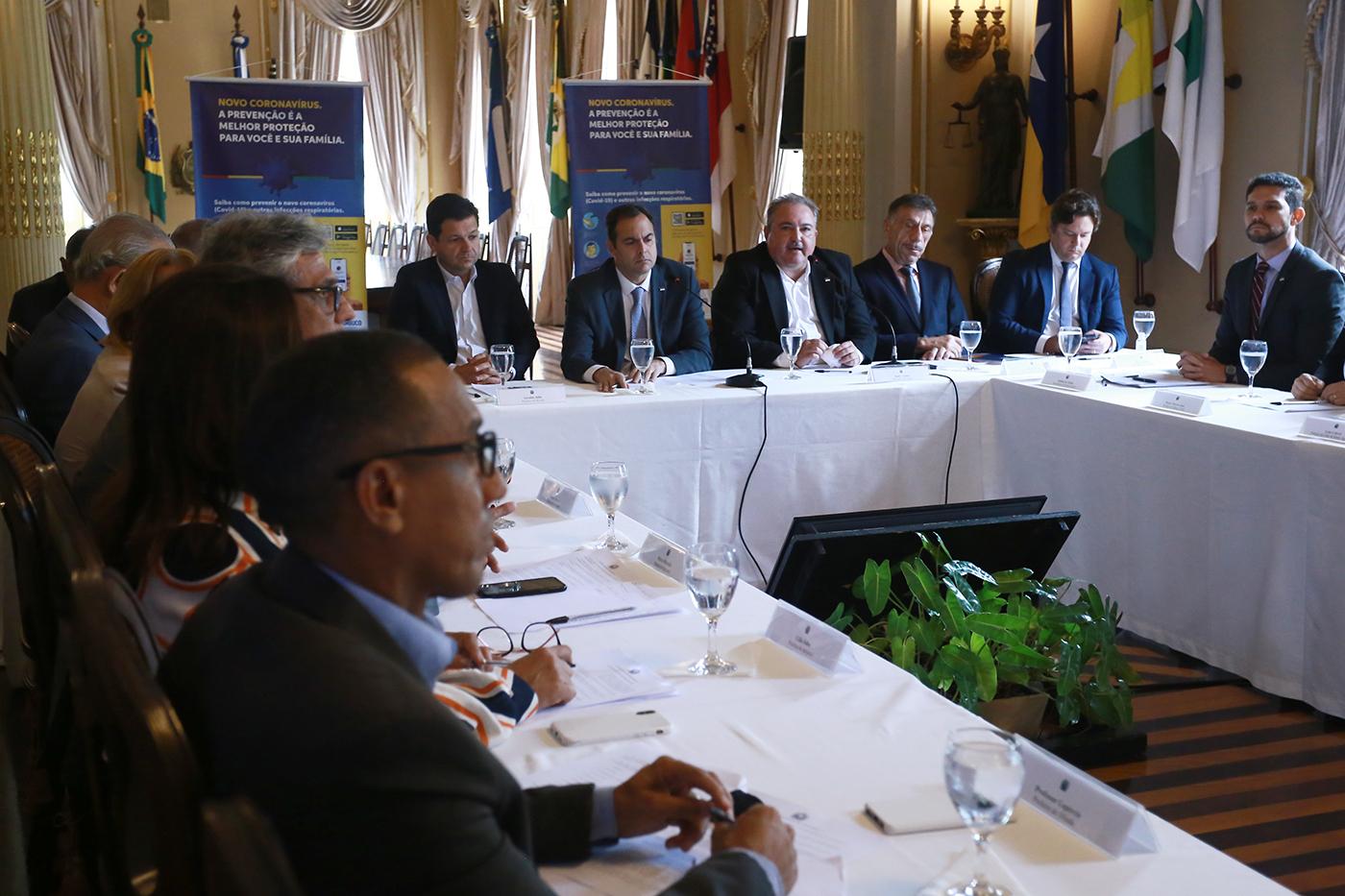 Paulo Câmara reúne prefeitos da Região Metropolitana para discutir ações de combate à Covid-19