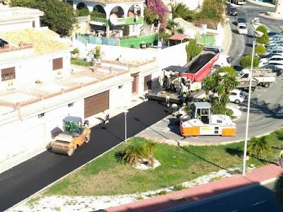El Ayuntamiento de Benalmádena asfalta las calles de Torremuelle