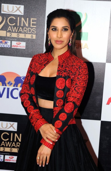 Sophie Choudry in Manish Malhotra Black and Red Outfit