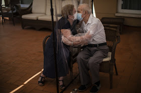 COVID Kiss: The Story Behind a Pulitzer-Winning Photo Series