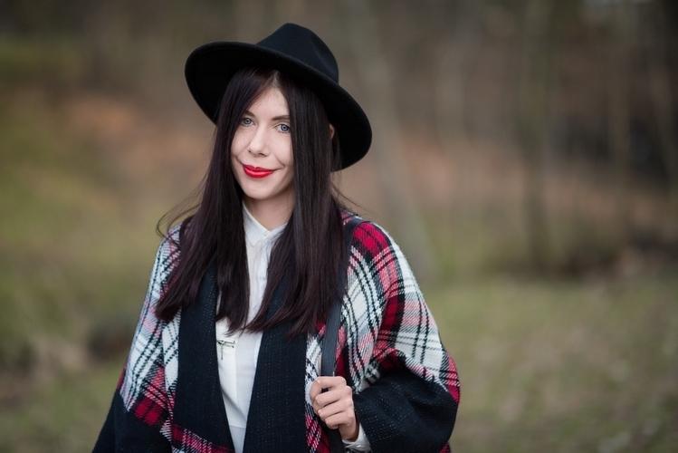 Ponczo w kratę | biała koszula | blogerka | kapelusz | stylizacja boho