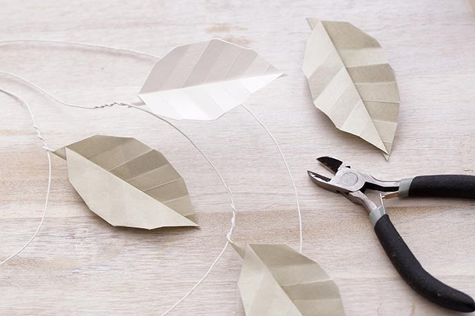 Origamiblätter mit Draht an einem Drahtring befestigen