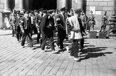 """Los derrotados """"Mossos"""" salen de la Generalitat camino  de la cárcel bajo la atenta mirada de soldados del Ejército  (Foto de Internet)"""
