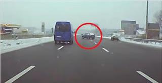 شاهد بالفيديو سائق لادا نيفا يتسبب في حادث قاتل على الطريق العام