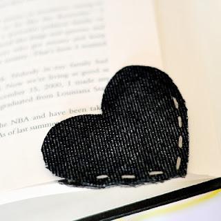 Ide denim bekas menjadi pembatas buku