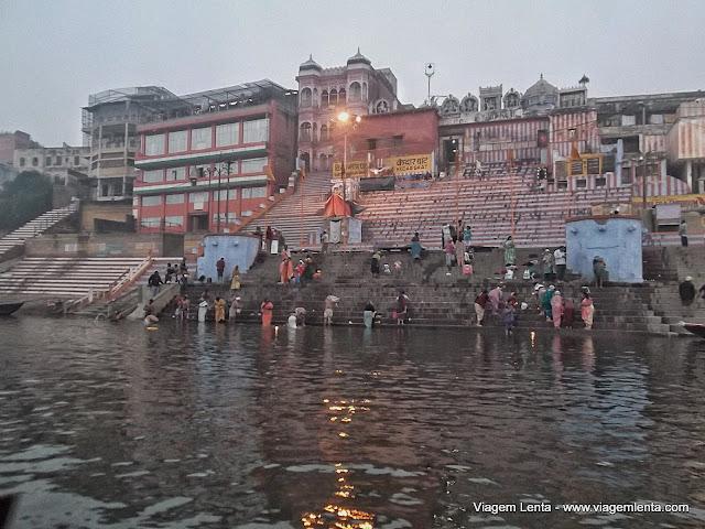 Devoções extremas aos deuses no Ganges em Varanasi