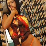 Andrea Rincon, Selena Spice Galeria 36 : Shakiras, Camiseta Negra Con Amarillo y Rojo, Tanga Amarilla y Naranja Foto 44