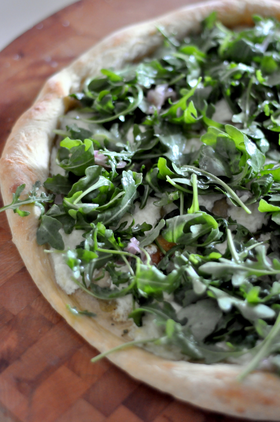 White Pizza with Fresh Arugula and Prosciutto on tasteasyougo.com!