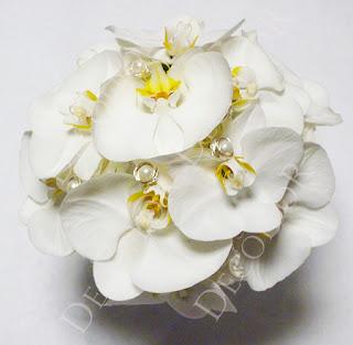 Fehér orchidea menyasszonyi csokorgyöngy és ezüst drót díszítéssel