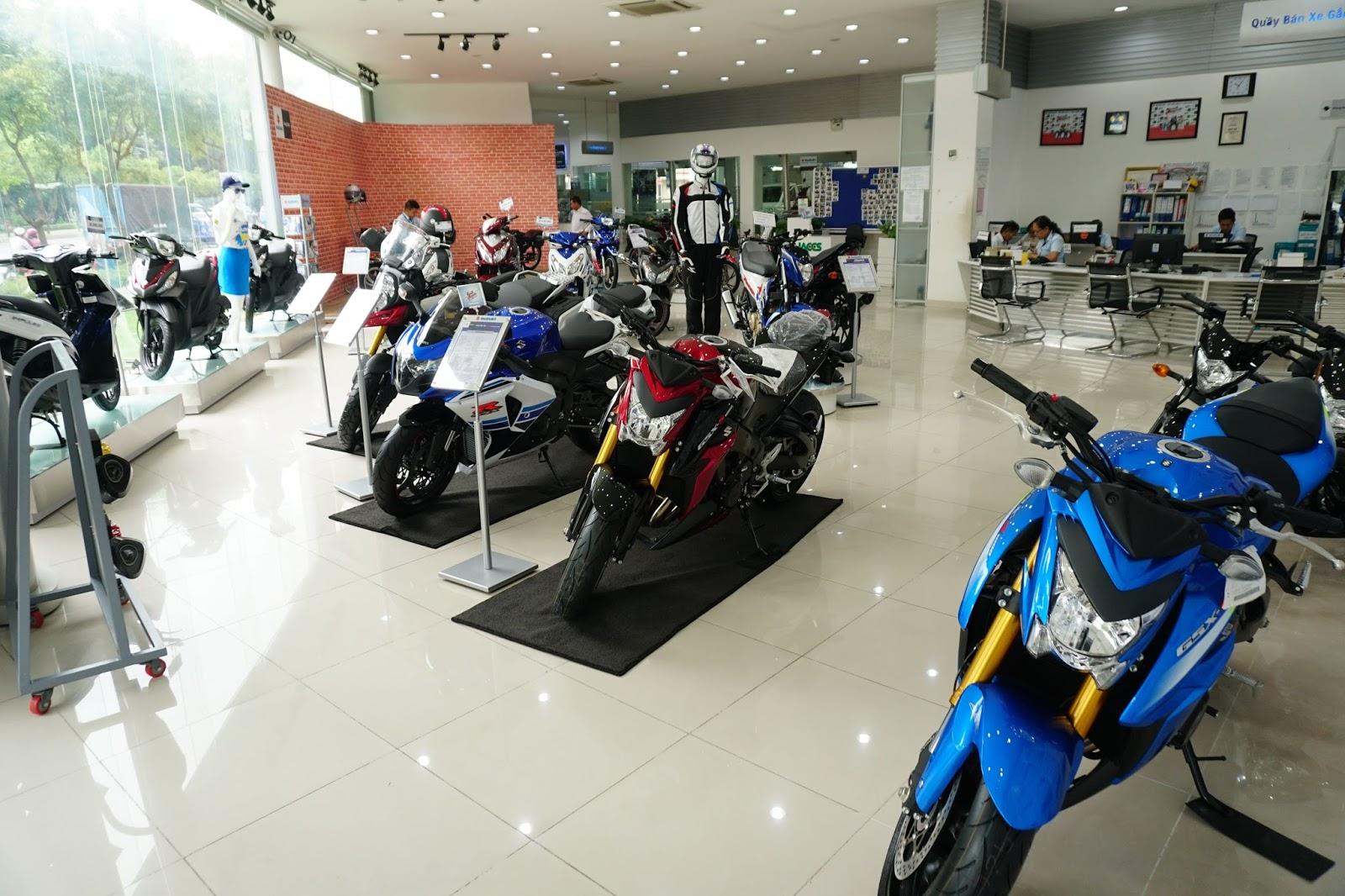 Khu vực để xe máy, mô tô của Suzuki...trong đó có những chiếc mô tô cực khủng