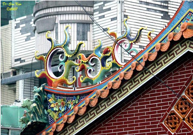 传统建筑装饰闽、台地区的庙宇室外建筑装饰──剪瓷雕。(行云部落格)──剪瓷雕。(行云部落格)