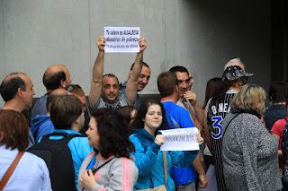 Trabajadores de Usoa con carteles a la entrada al Ayuntamiento