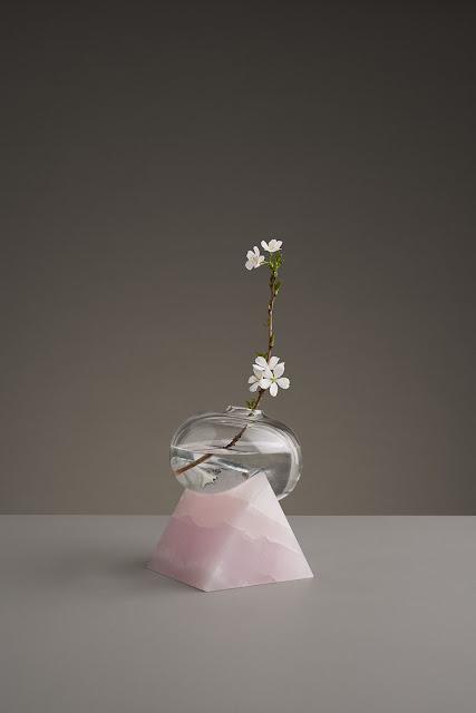 ダリの絵画のようなどろっと溶けた花瓶?? 【a】