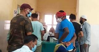 लाइन तोड़कर लगा ले रहे हैं टीका, लोग परेशान  | #NayaSaberaNetwork