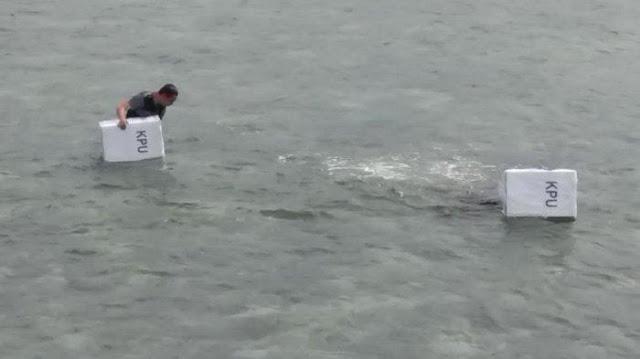 Kotak Suara Kardus Dibungkus Plastik Di Cebur ke Laut, KPU Bilang Air Tidak Masuk; Netizen: Goblok