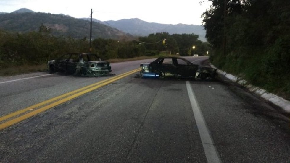 """Enfrentamiento entre autodefensas y sicarios de """"Los Dumbos"""" dejan 3 vehículos calcinados que bloquearon carretera México-Acapulco"""