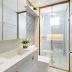 Banheiro pequeno todo branco com metais dourados e revestimento 3D!
