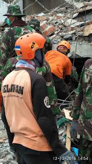 Relawan OCC membantu kegiatan evakuasi puing-puing bangunan akibat gempa