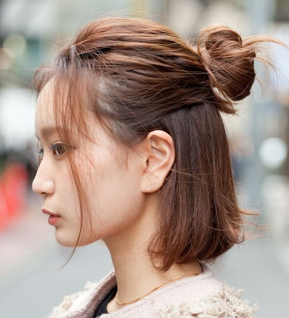 Model Rambut Wanita Korea Half up messy bun