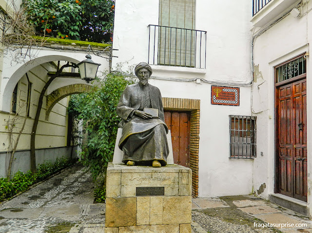 A estátua do filósofo Maimônides na Judería de Córdoba