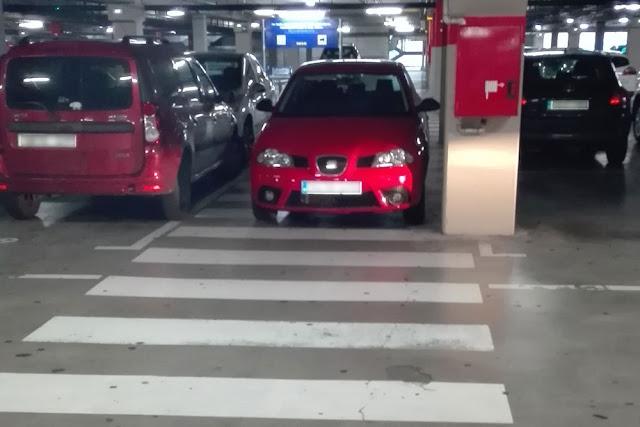Coche aparcado en paso de peatones en el estacionamiento de Ikea