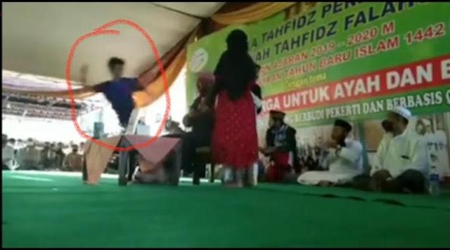 Biadab! Ini Video Detik-detik Syekh Ali Jaber Ditusuk Saat Isi Pengajian