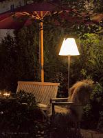 Outdoor Stehlampe am Sitzplatz beim Pool für unser Wohnzimmer im Garten
