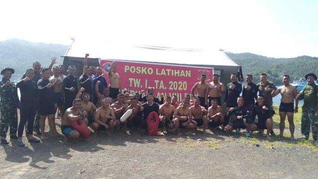Berenang 1000 meter di Selat Lembeh Prajurit Marinir Bitung demi  mempertajam kemampuan berenang serta menjaga fisik