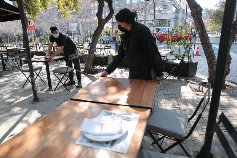 Restaurantes se toman la calle para mantener distancia social