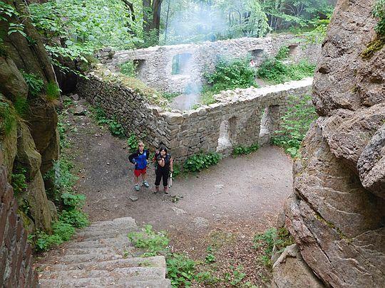Widok na mury po budynku mieszkalnym w wysokim zamku.