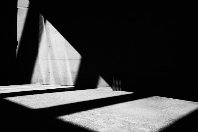 Fotografia odklejona. Kompozycja suprematyczna. Abstrakcja. Czarno-biała fotografia. fot. Łukasz Cyrus, Ruda Śląska.