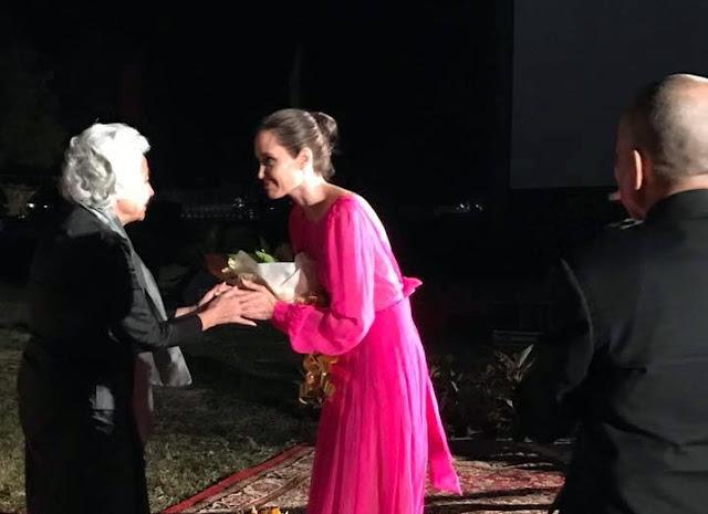 Le Roi et la Reine-Mère président la première du film d'Angelina Jolie