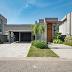 Fachada de casa térrea contemporânea revestida com concreto e madeira!