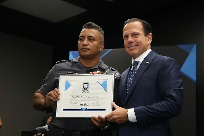 Governo de SP homenageia PMs que salvaram bebê engasgada em Araçatuba